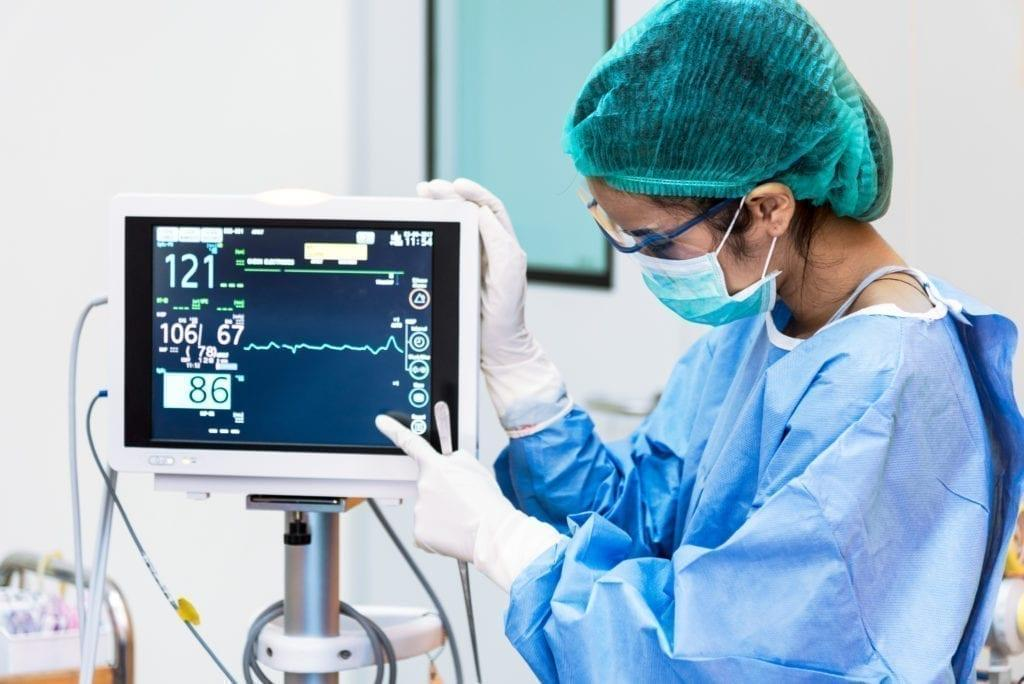medecin analysant ECG