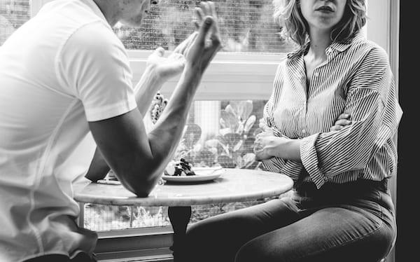 couple ayant une dispute dans un café