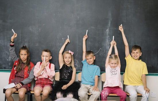 enfants devant tableau noir école
