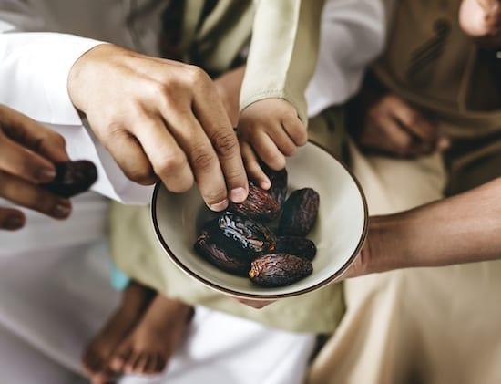 famille partageant des dattes au ramadan