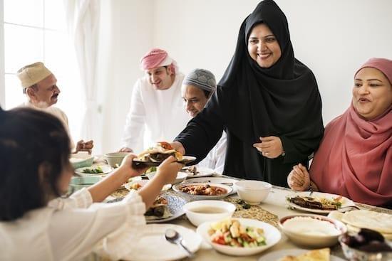 famille qui mange pendant le ramadan