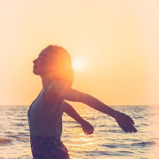femme qui médite à la plage