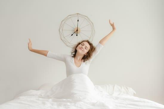 femme qui se détend dans son lit
