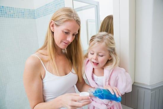 maman et sa fille faisant un bain de bouche