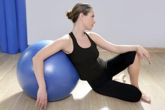 femme faisant du pilate avec un ballon
