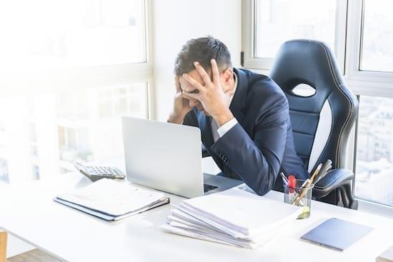 homme triste au travail