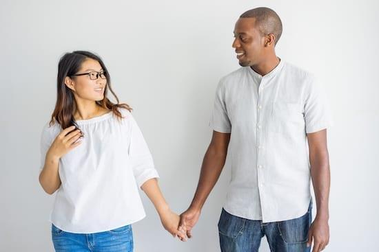 une femme et un homme qui se tiennent la main