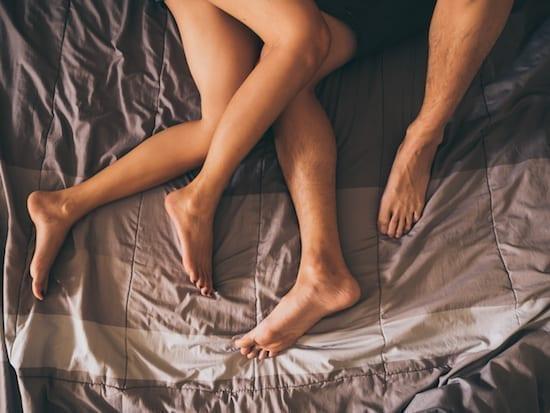 couple au lit après sexe
