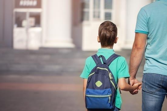 enfant qui tient la main de son père