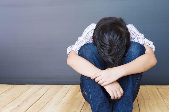 enfant triste et seul