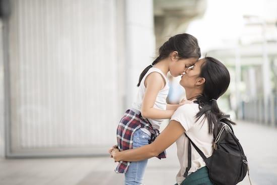 mère et fille qui s'enlacent