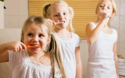 plusieurs enfants se brossant les dents
