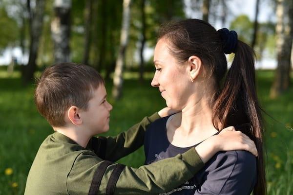 mere bienveillante avec son fils