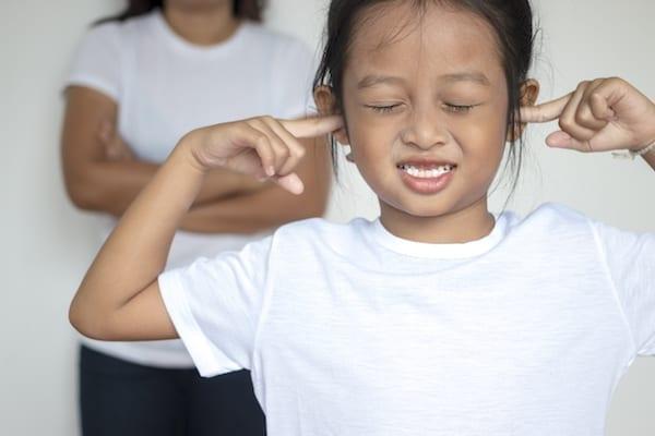 mere crie sur sa fille qui se bouche les oreilles