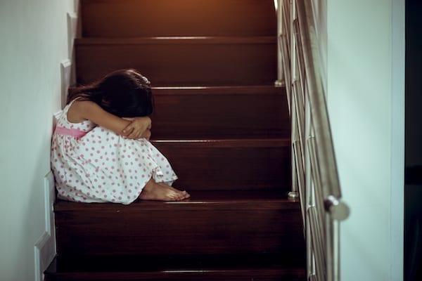 petite fille qui pleure dans les escaliers