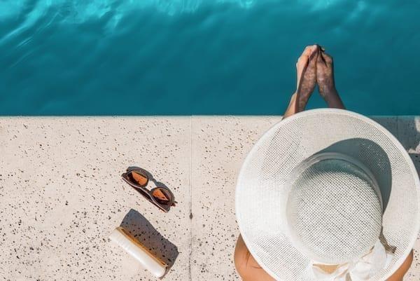 femme bord de piscine l'été