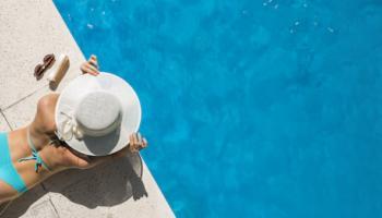 femme été piscine se protège du soleil