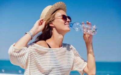femme qui s'hydrate l'été